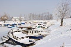 Alte Boote in gefrorenem Jachthafen Stockbild