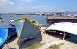 Alte Boote am Hafen Stockfotos