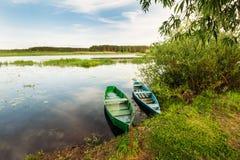 Alte Boote hergestellt vom Holz durch den Busch auf dem Wasser Stockfotos