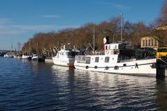 Alte Boote am Kai in Stockholm Stockfotografie