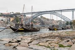 Alte Boote mit Portweinfässern in Vila Nova de Gaia in Porto, Lizenzfreie Stockbilder