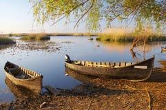 Alte Boote am Sonnenuntergang Lizenzfreie Stockbilder