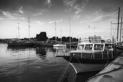 Alte Boote stehen im Hafen von Nesebar festgemacht Lizenzfreie Stockfotos