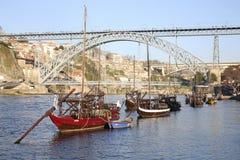 Alte Boote und Brücke in Porto Stockfotografie