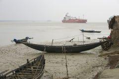 Alte Boote und der Gastanker, Mongla, Bangladesch Stockfotos