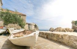 Alte Boote und die Stadtmauern in Dubrovnik Lizenzfreies Stockfoto