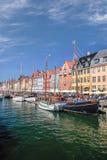 Alte Boote und Häuser in Nyhavn in Kopenhagen Stockfotografie