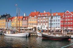 Alte Boote und Häuser in Nyhavn in Kopenhagen Stockfotos
