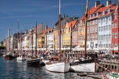 Alte Boote und Häuser in Nyhavn in Kopenhagen Lizenzfreie Stockfotos
