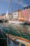 Alte Boote und Häuser in Nyhavn in Kopenhagen Lizenzfreies Stockfoto
