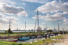 Alte Boote und moderner Hafen Lizenzfreies Stockbild