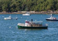 Alte Boote und neues Katamaran Lizenzfreie Stockfotos