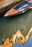 Alte Boots- und Altbaureflexion Stockfotografie