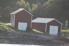 Alte Bootshäuser durch das Meer Lizenzfreies Stockfoto