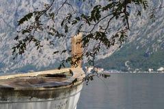 Alte Bootsnahaufnahme auf einem Hintergrund der Bucht und der Berge Lizenzfreies Stockfoto