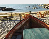 Alte Bootstabelle im Café auf dem Strand, selektiver Fokus Lizenzfreie Stockfotos