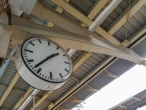 Alte Borduhr an einer Bahnstation Stockfotos
