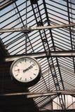 Alte Borduhr an einer Bahnstation Lizenzfreie Stockfotografie