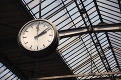 Alte Borduhr an einer Bahnstation Stockbilder