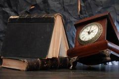 Alte Borduhr und Bücher Stockfotografie