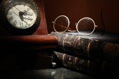 Alte Borduhr und Bücher Lizenzfreies Stockfoto
