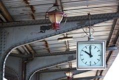Alte Borduhr und Lampe Lizenzfreie Stockfotos