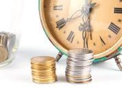 Alte Borduhr und Münzen Lizenzfreie Stockfotos