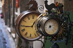 Alte Borduhr und Thermometer Stockfotografie