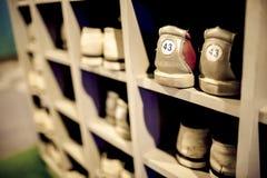 Alte Bowlingspielschuhe im Schrank, flacher DOF. Stockbild