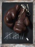Alte Boxhandschuhe auf Tafel mit Tally Sheet Lizenzfreie Stockfotos
