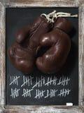 Alte Boxhandschuhe auf Tafel mit Tally Sheet Stockbild