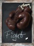 Alte Boxhandschuhe auf Tafel mit Text Stockbilder