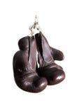 Alte Boxhandschuhe, Hängen, lokalisiert auf weißem Hintergrund Lizenzfreies Stockbild