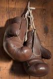 Alte Boxhandschuhe, hängend an der hölzernen Wand Stockbilder