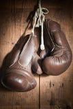 Alte Boxhandschuhe, hängend an der hölzernen Wand Lizenzfreies Stockbild