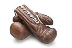 Alte Boxhandschuhe lokalisiert auf Weiß Stockfotografie