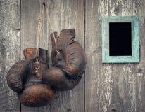 Alte Boxhandschuhe und Rahmen für Foto Stockfotos