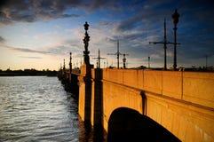Alte Brücke über dem Fluss Neva Lizenzfreie Stockbilder
