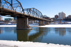 Alte Brücke über dem Südsaskatchewan-Fluss Lizenzfreie Stockfotos
