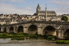 Alte Brücke über der Loire in Blois, Frankreich. Kathedrale von Blois I Stockfotografie