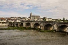 Alte Brücke über der Loire in Blois, Frankreich. Kathedrale von Blois I Lizenzfreie Stockbilder