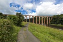 Alte Brücke über Fluss Tweed, der upriver nahe Melrose Leaderfoot in Richtung zu Gattonside betrachtet Stockfoto