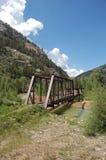 Alte Brücke über Nebenfluss Stockbild