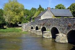 Alte Brücke am Asnières sur Viègre in Frankreich Lizenzfreies Stockbild