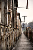 Alte Brücke auf dem Fluss Lizenzfreie Stockbilder