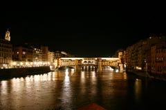 Alte Brücke auf dem Fluss Arno bis zum Nacht, Florenz Stockbilder