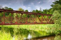 Alte Brücke auf Land im Sommer Stockfotos