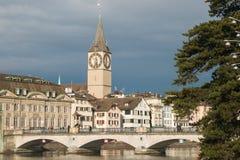 Alte Brücke auf Limmat-Fluss in Zürich Stockbild