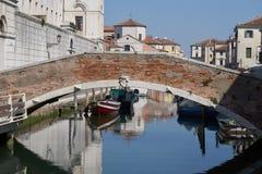 Alte Brücke Chioggia Italien im März 2017 auf Kanal Stockbild