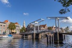 Alte Brücke in der Mitte von Haarlem Stockbild